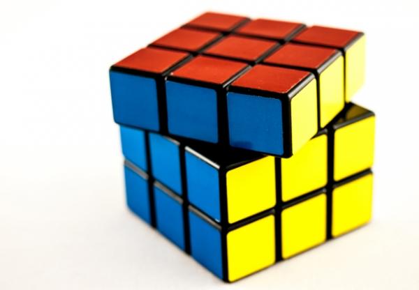 Robô de Lego resolve cubo mágico em 3 segundos